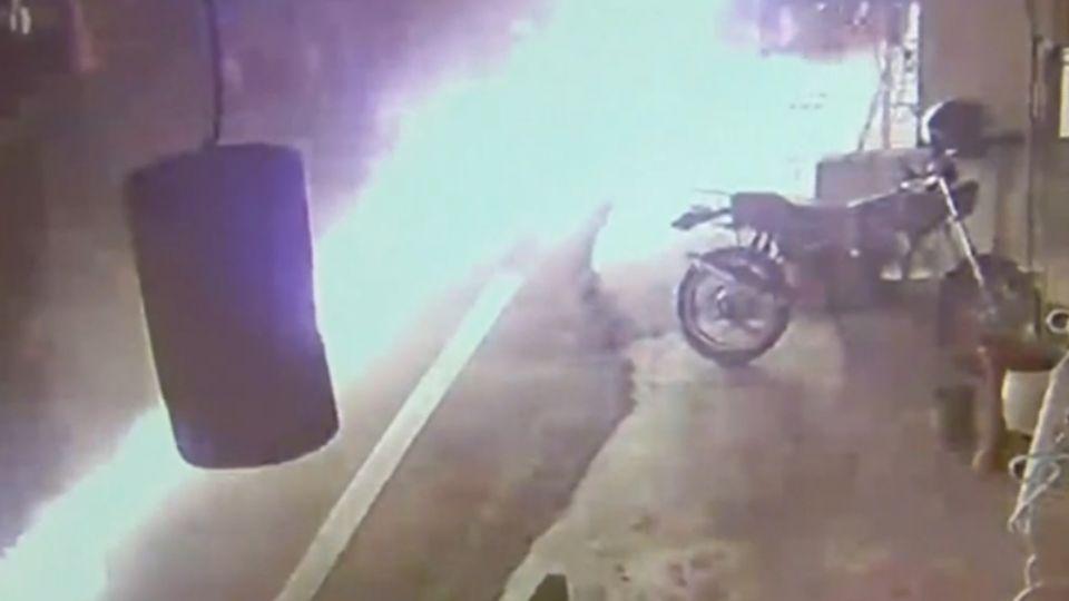 疑漏油自燃!採茶車秒變火球直衝車上1死4傷