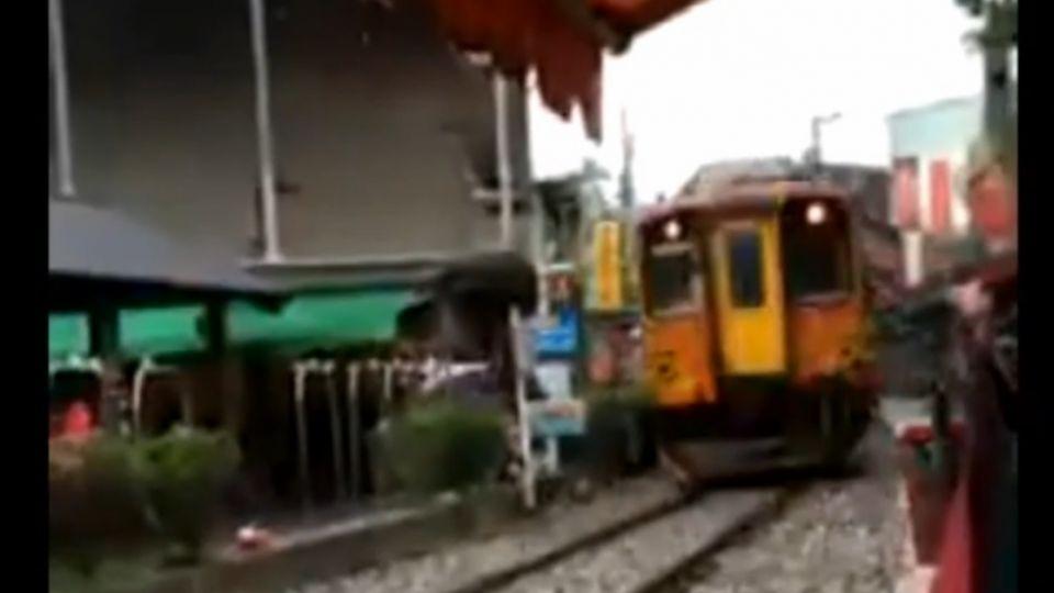 玩命!不顧火車來 婦人硬闖鐵軌險遭輾
