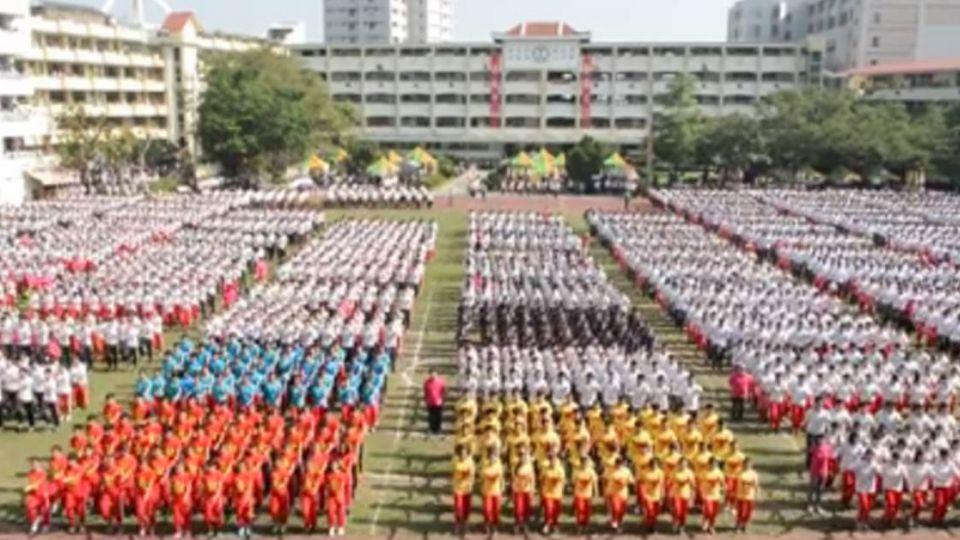 超威!中山工商8千學生踢正步 網友大震撼:好壯觀