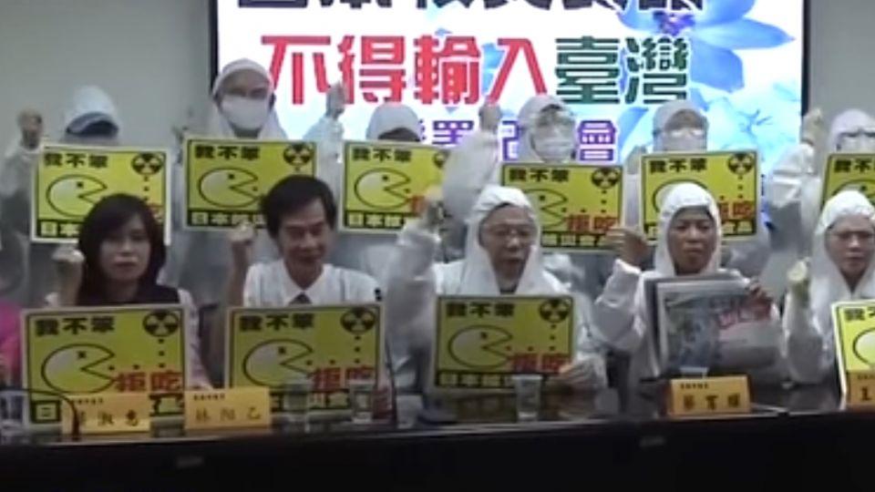 跟進嘉義 台南議員穿核災防護衣反核災食品