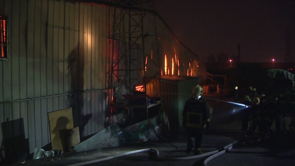 火大!2工廠凌晨400坪廠房延燒 耗3小時控制