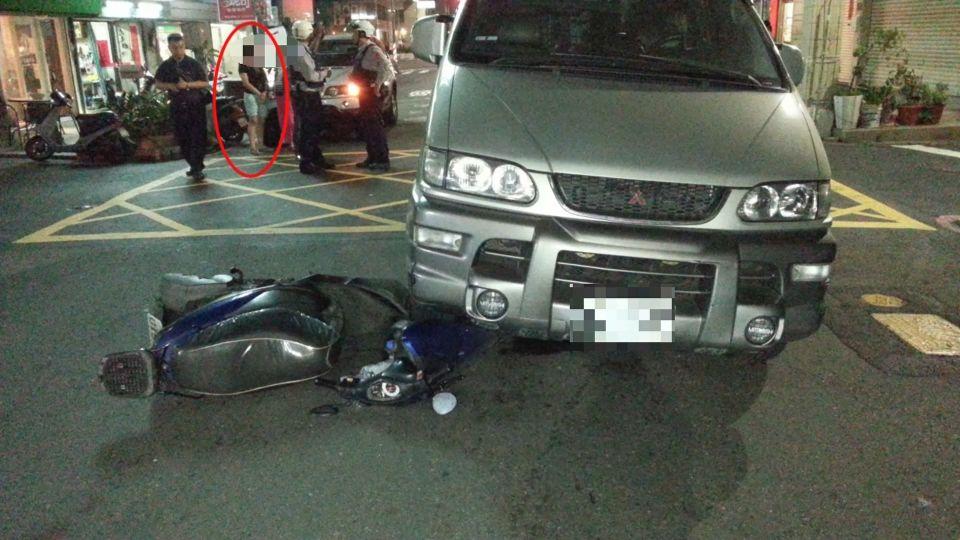 突開車門害騎士自摔 後方廂型車又撞上