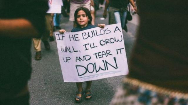 不滿建圍牆!3歲童手舉標語 嗆川普「我長大會拆掉它」