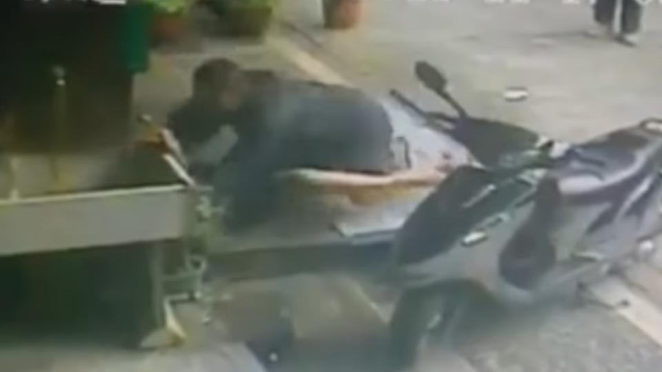 醉漢害摔還搭肩要電話 休假警護女友慘遭毆