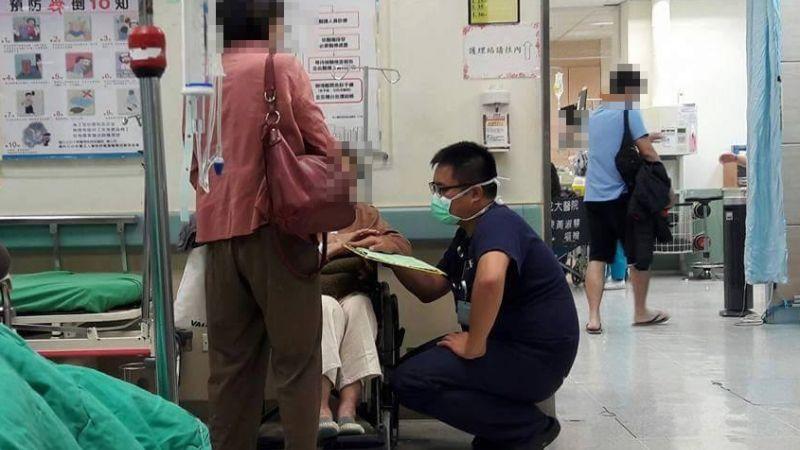 奶奶鄉音重又講不停 急診醫師耐心安撫一蹲10分鐘!