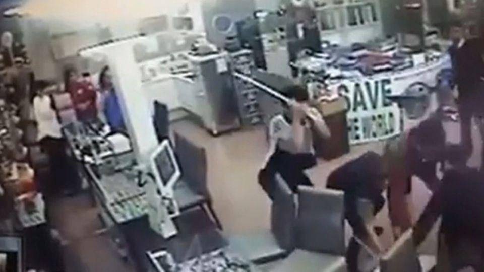 嚇!10多人衝眼鏡行 狂毆店員痛扁還拖行