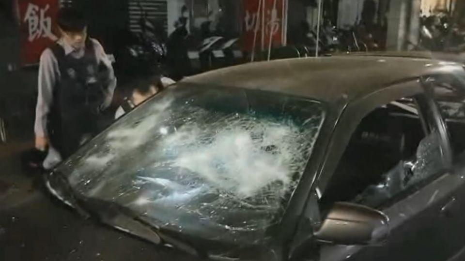 行車糾紛大亂鬥!撂20人持刀、信號彈、棍棒砸車
