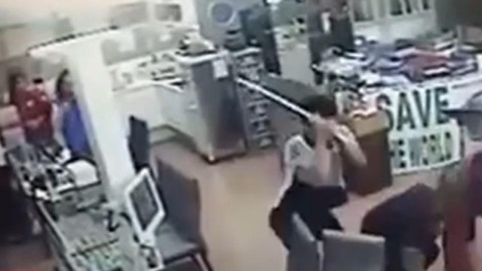 冤仇結很大?! 眼鏡行店員遭10多人狂毆、拖行