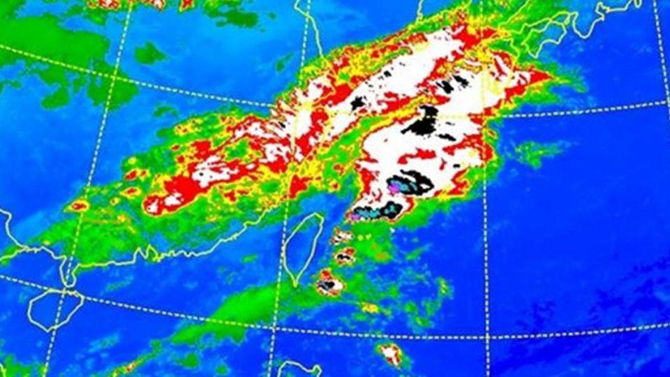 只剩一點點穩定時間!」鄭明典:台灣被雲帶包夾 很多地方會下雨