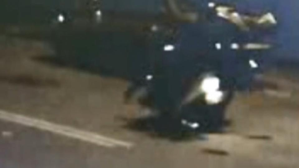 違規闖車道 騎士閃不及 行人如「保齡球被撞飛」