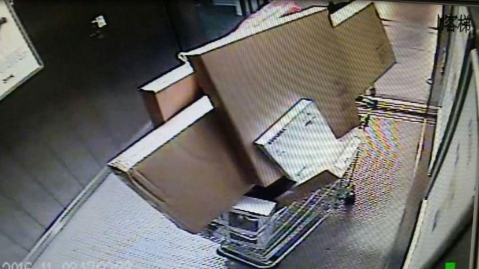 婦人破解IKEA電梯祕密!鑽漏洞爽搬9千元商品 甭結帳