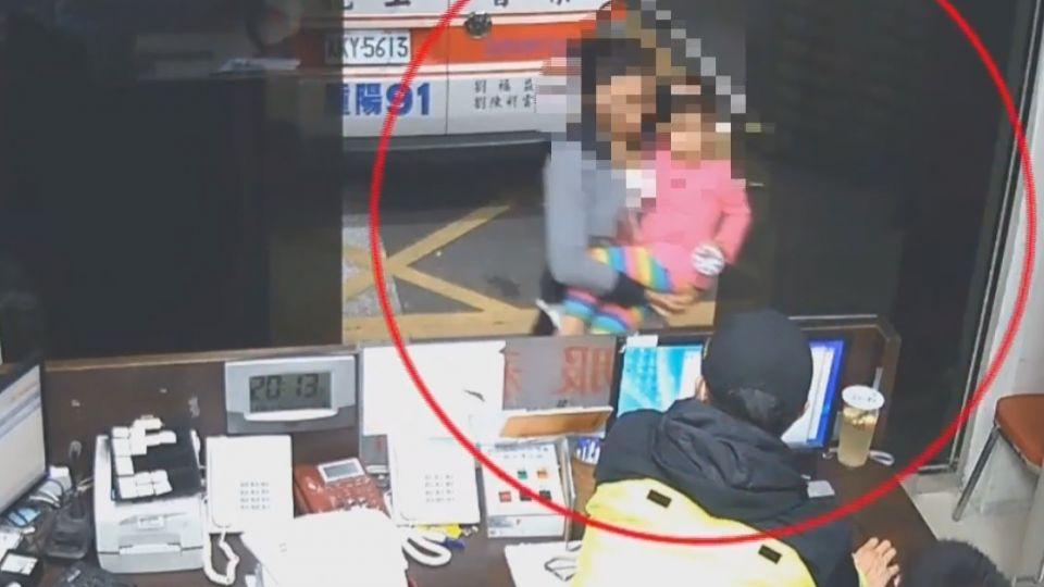 三歲童手指卡筆筒 母抱女奔消防隊求救