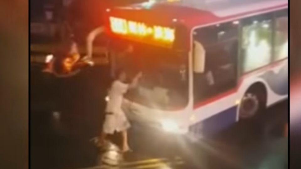 三分鐘6招!跪攔公車水管敲窗 醉男:載我回家好嗎?