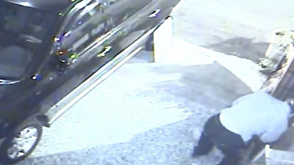 自家騎樓停車 遭竊賊撥開監視器偷車