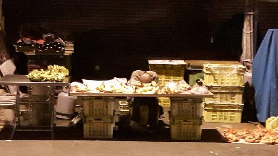 凌晨3點還在賣!香蕉伯累到趴著睡著 網友揪團做愛心