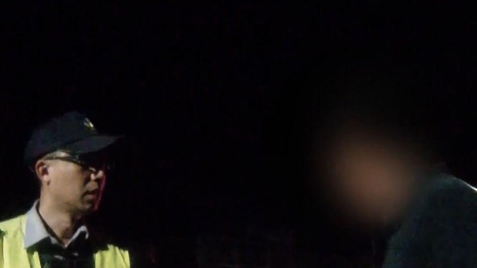 重機男未戴安全帽遭攔 不滿拔鑰對警咆哮