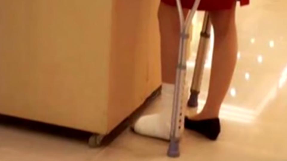 有夠拚! 搶周年慶商機 櫃姐拄拐杖上班
