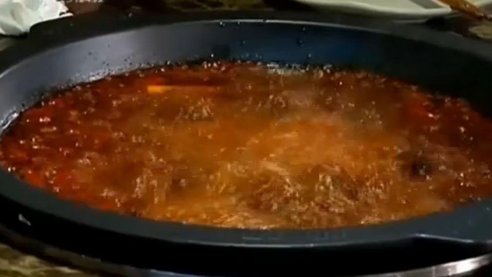 大陸火鍋店回收「口水」湯底 過濾重複用