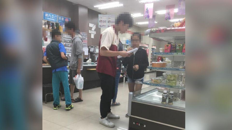超商店員94狂!18般武藝要精通 還要會…教英文?!