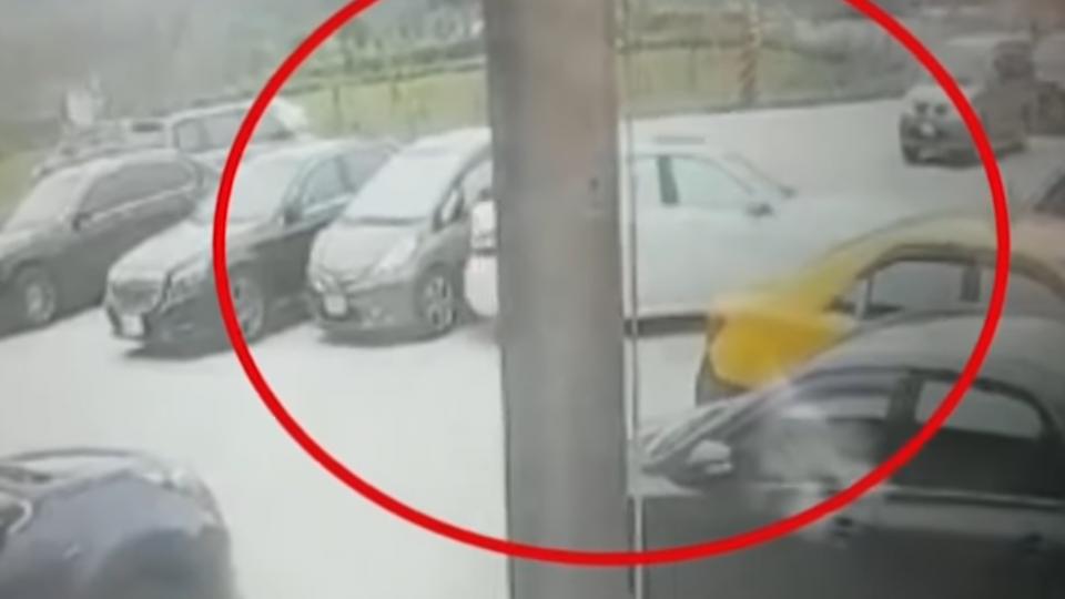 停車場倒車撞凹後方車輛 名車駕駛直接落跑