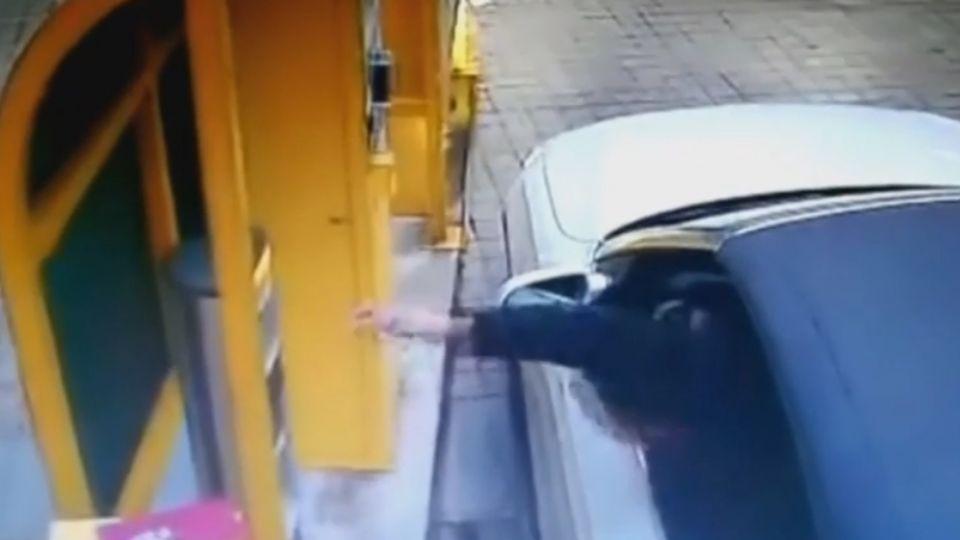 票卡掉落疑誤踩油門 轎車暴衝駕駛卡車門!
