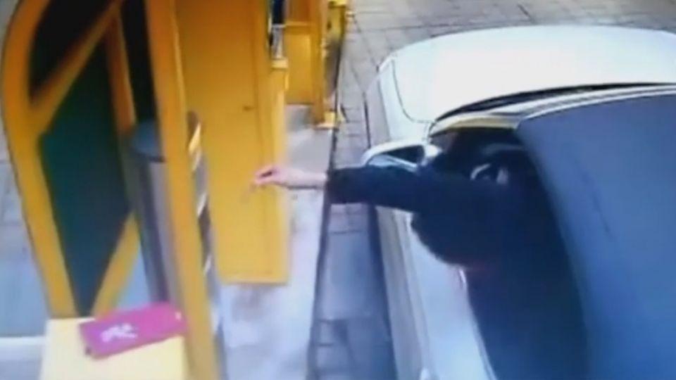 撿掉落票卡誤踩油門 轎車暴衝駕駛卡車門