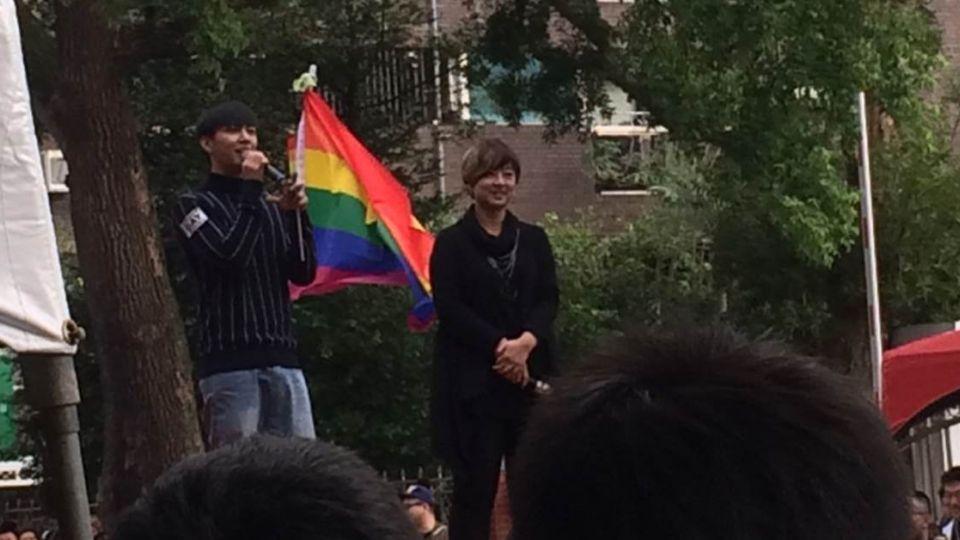 戰神來了!炎亞綸手臂貼「GAY」 上台力挺婚姻平權