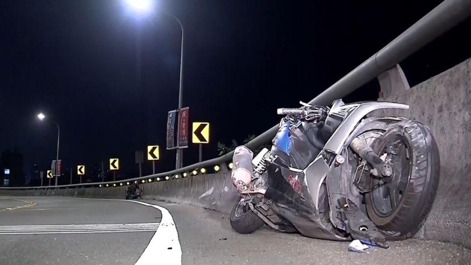 驚悚!騎士過彎高速衝對向車道、猛烈撞上汽機車