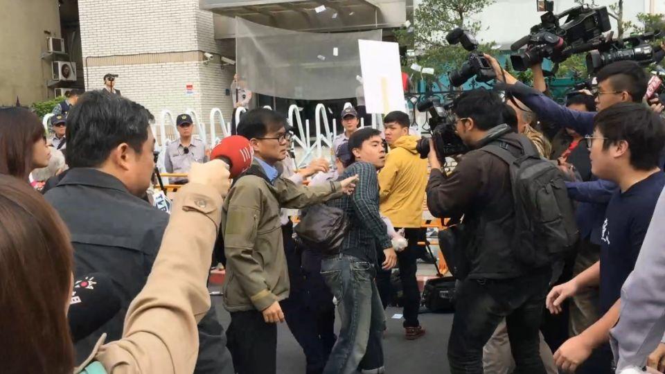 抗議黨產會 國民黨青年軍灑冥紙丟雞蛋