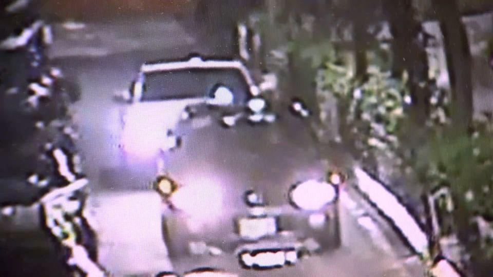 「你們是誰」 2男突遭衝撞 4惡煞下車拿刀追砍