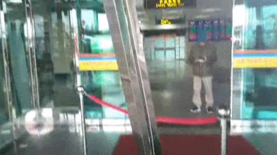 賊偷轎車撞機場大門 遭警逮還辯:不是我