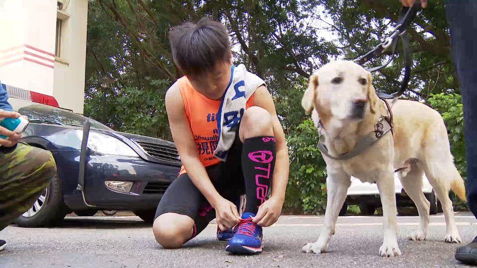 「我當你的眼」 警陪視障者跑23公里半馬 圓夢奪冠