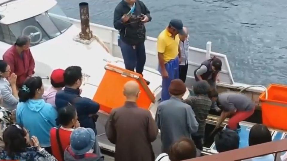 和平島漁市現「放生團」萬里蟹遭掃貨做功德