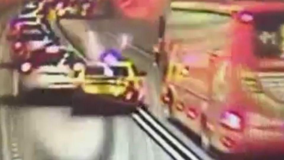 小黃變換車道撞遊覽車再撞廂型車 釀雪隧大回堵