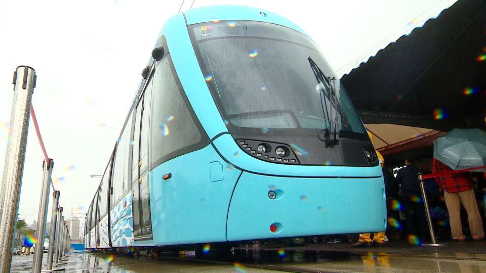 淡海輕軌列車亮相 「國車國造」水藍色塗裝