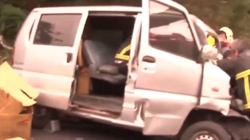 奪命車禍 廂型車逆向撞遊覽車1死2傷