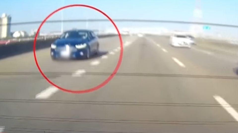 路肩縮減藍車照開 白車往右閃前車遭撞
