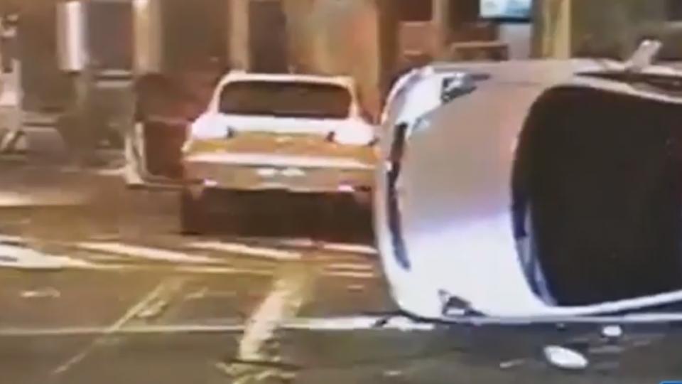 超跑酒駕逆向超車 撞翻闖紅燈休旅車