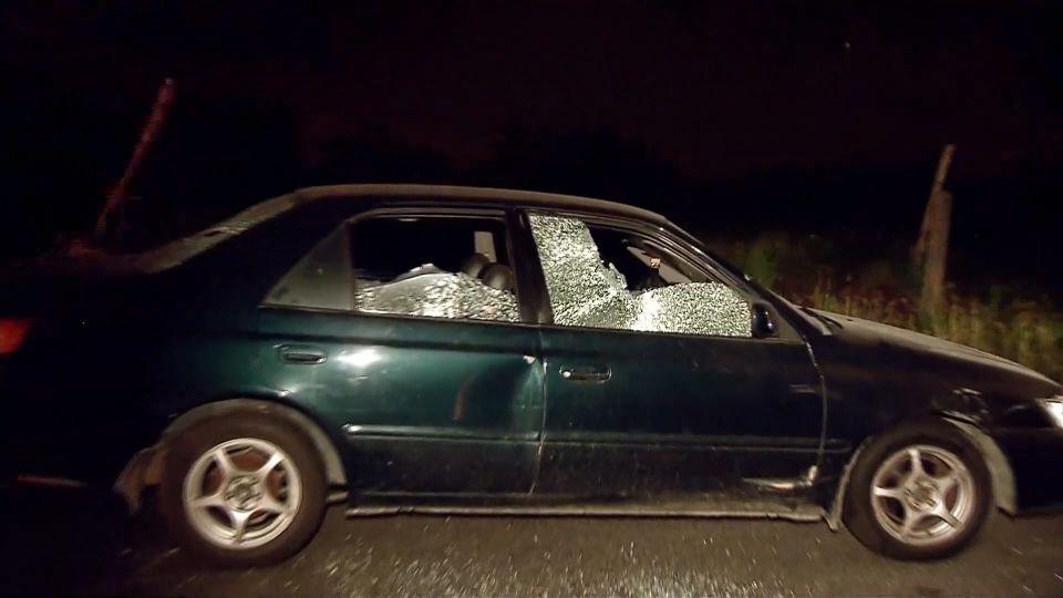 不滿被超車 8嫌攔車怒砸、持西瓜刀猛砍 釀3傷