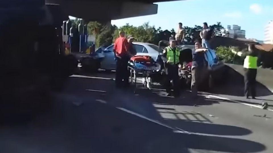 國道7車連撞 滿載易燃氣體「乙炔」險爆炸