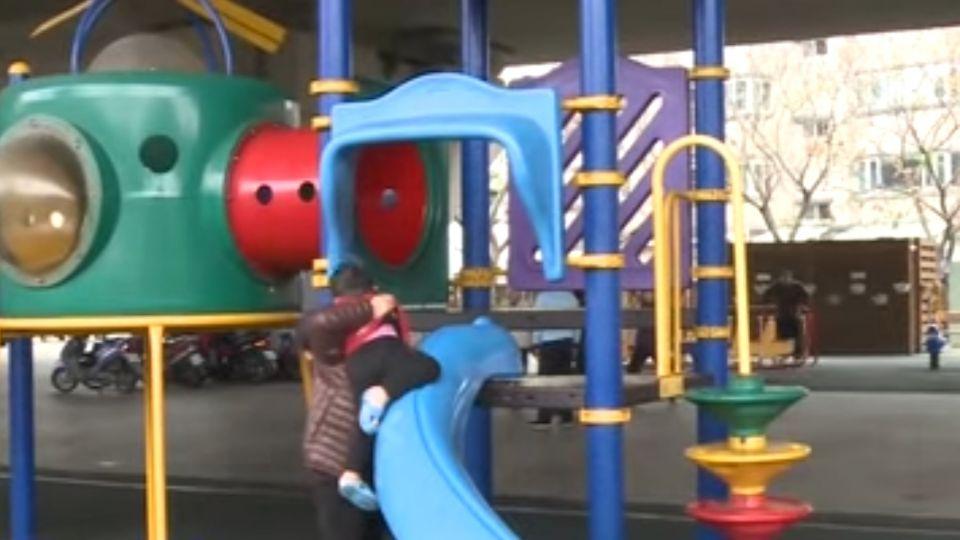 這溜滑梯怎麼溜?小朋友搖頭:不敢玩