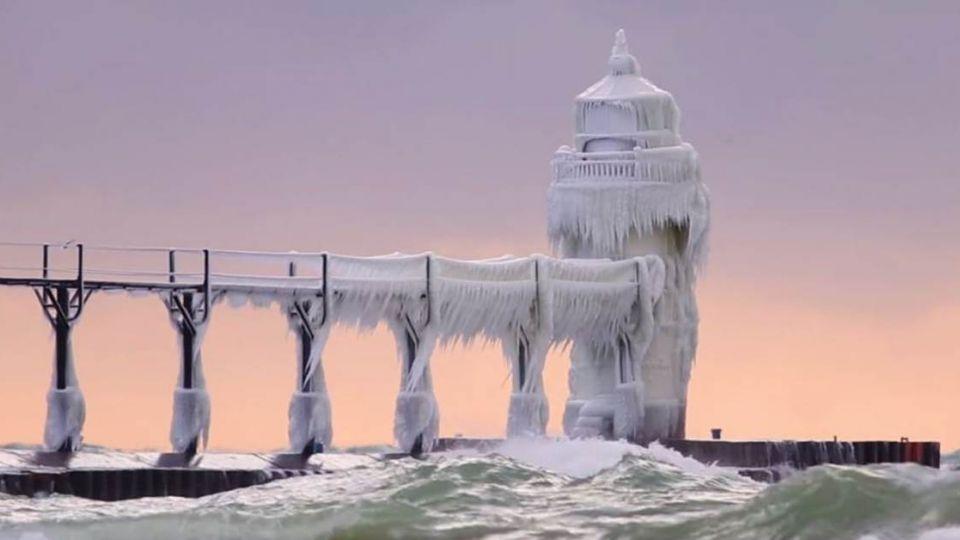 冰封燈塔宛如穿「白紗」 《冰雪奇緣》夢幻場景重現!