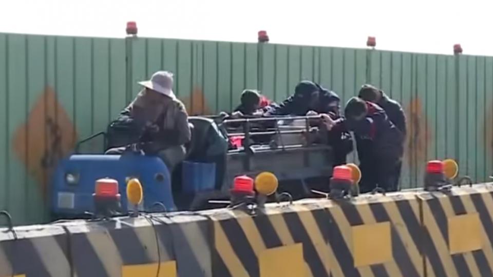 老婦農用車故障占橋面 暖心女學生助警推車