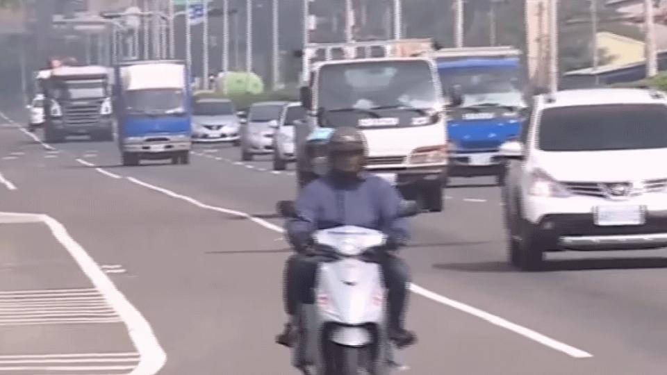 快車道未標禁行機車 騎士遭攔下 控警亂開單