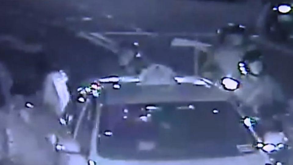 開車門撞倒騎士 小黃乘客遭控「趕電影」快閃