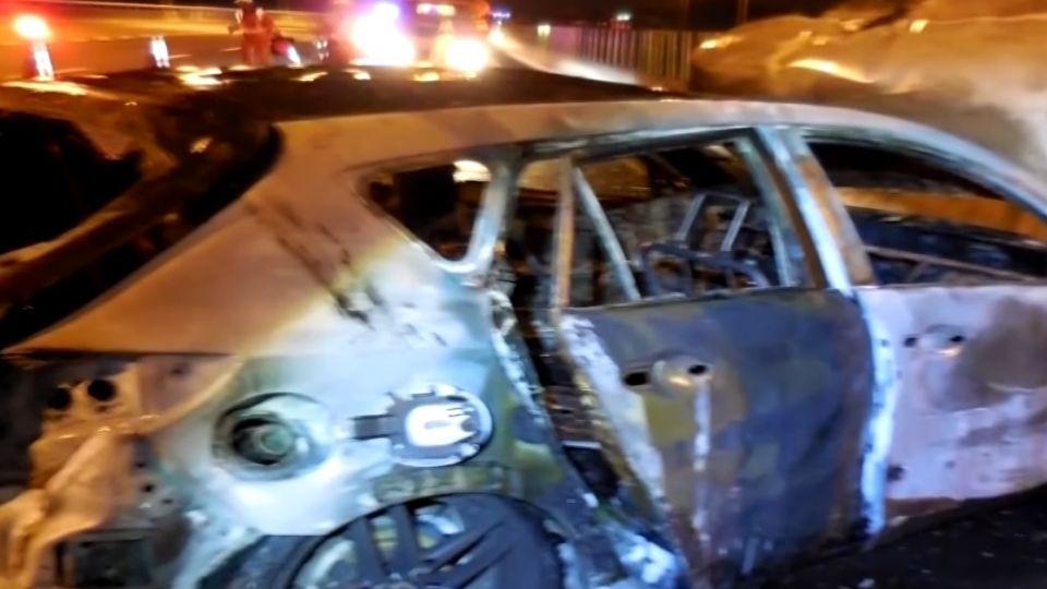 轎車燒成大火球變成廢鐵 駕駛爬車外求援