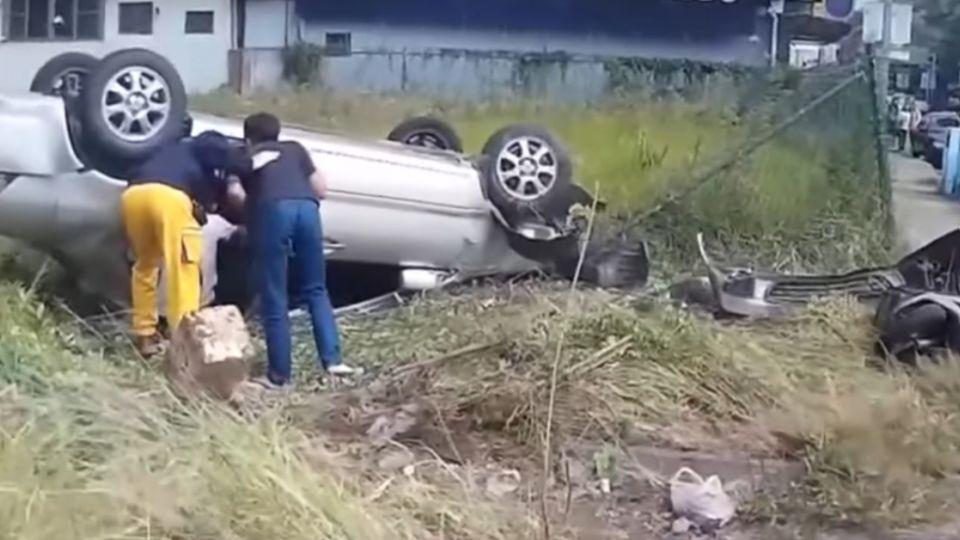 轎車失控暴衝撞機車 老太太機智棄車逃命