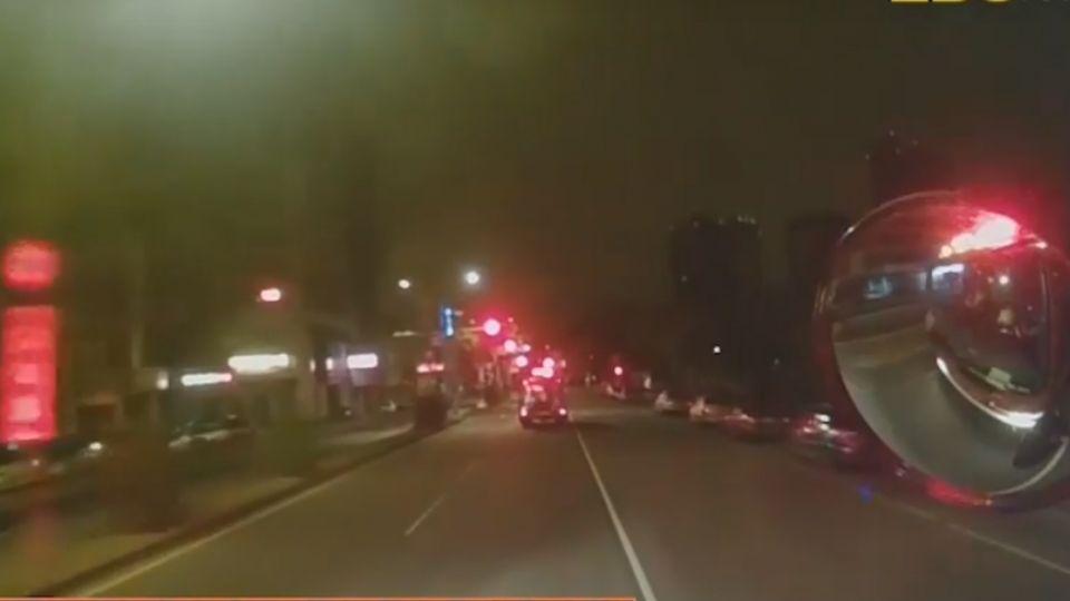 無照駕駛被消防車撞 心虛逃逸又回現場