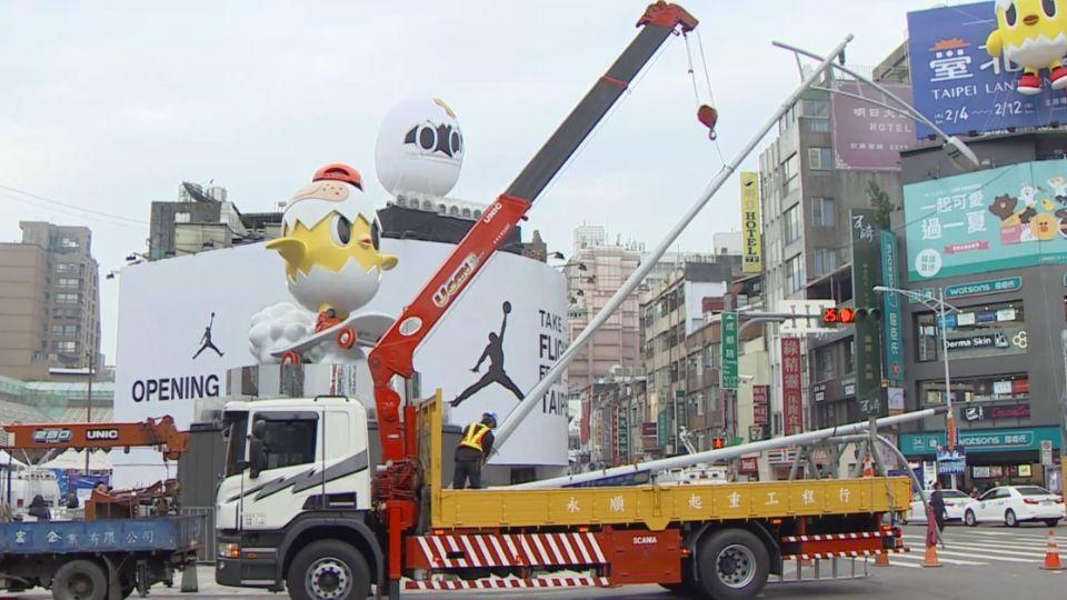 燈桿妨礙欣賞「小奇雞」 北市派人暫時拆除