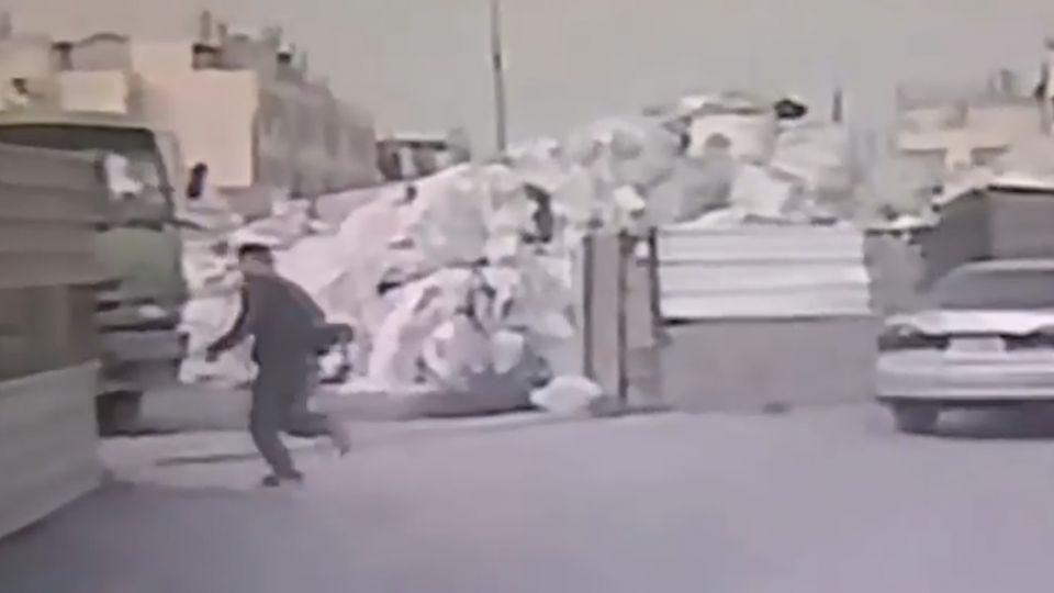 堆高機卡碎石堆 重心不穩 駕駛推車遭壓斃